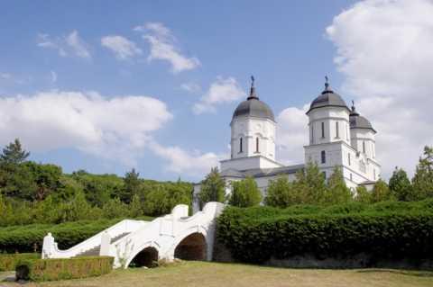 manastirea-celic-dere_44105252-696x462.jpg
