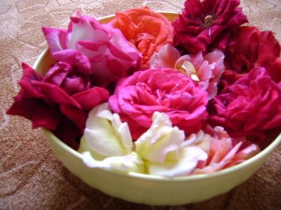 un_cos_cu_trandafiri.jpg